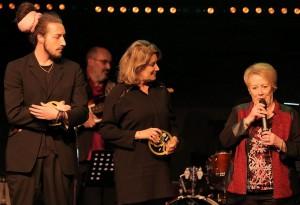Marie-Claire-PAULET-reçoit-le-prix-pour-FRANCE-ADOT